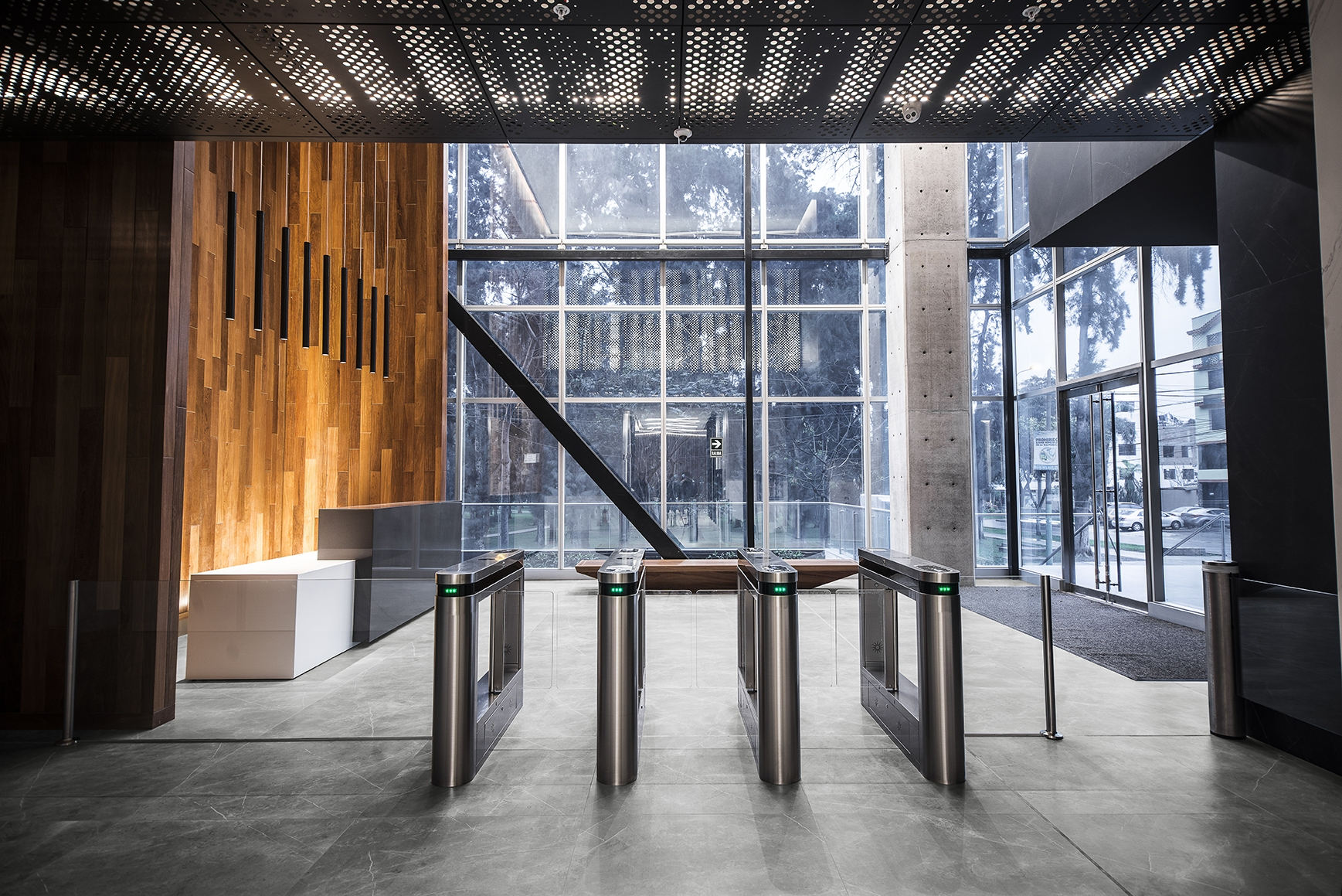 1_INALCO-STORM-GRIS-NATURAL-SUELO-LOBBY-001