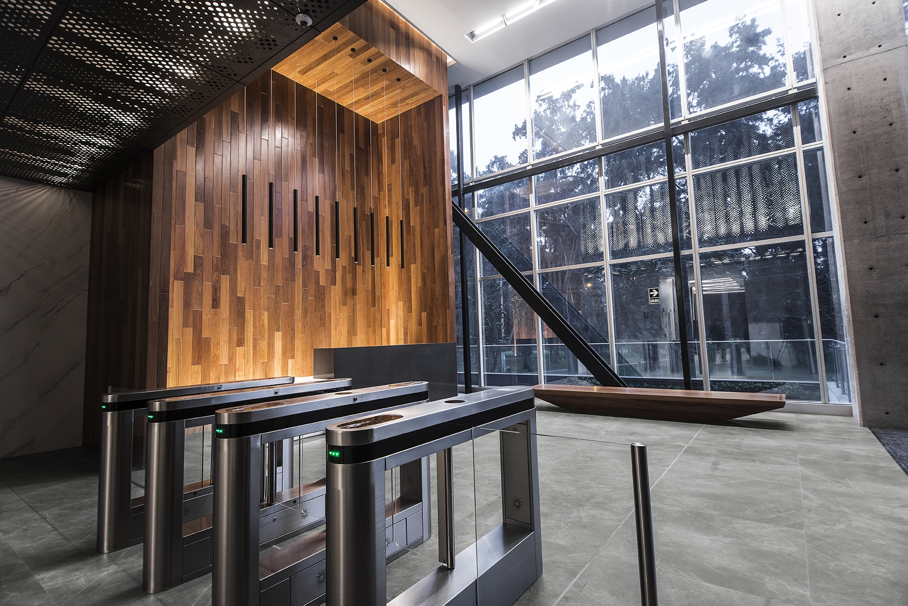 1_INALCO-STORM-GRIS-NATURAL-SUELO-LOBBY-002