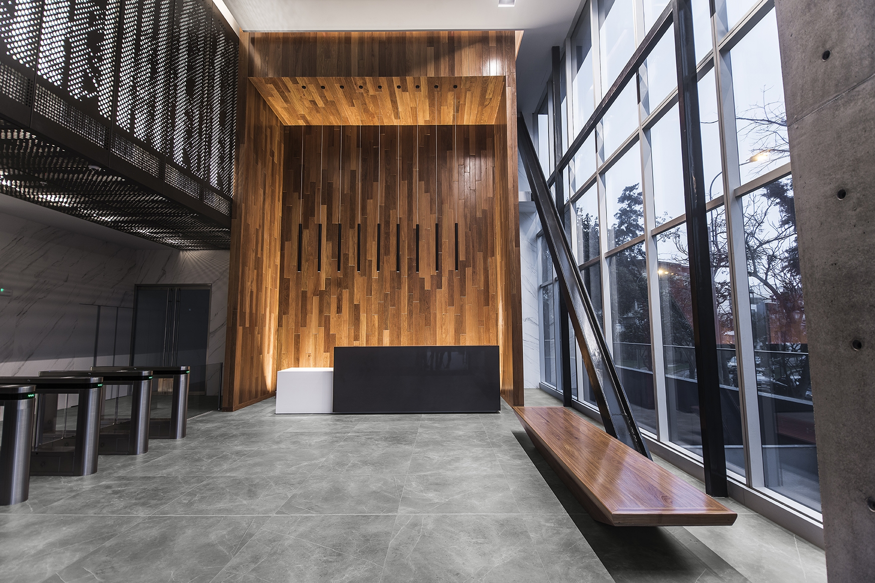1_INALCO-STORM-GRIS-NATURAL-SUELO-LOBBY-007